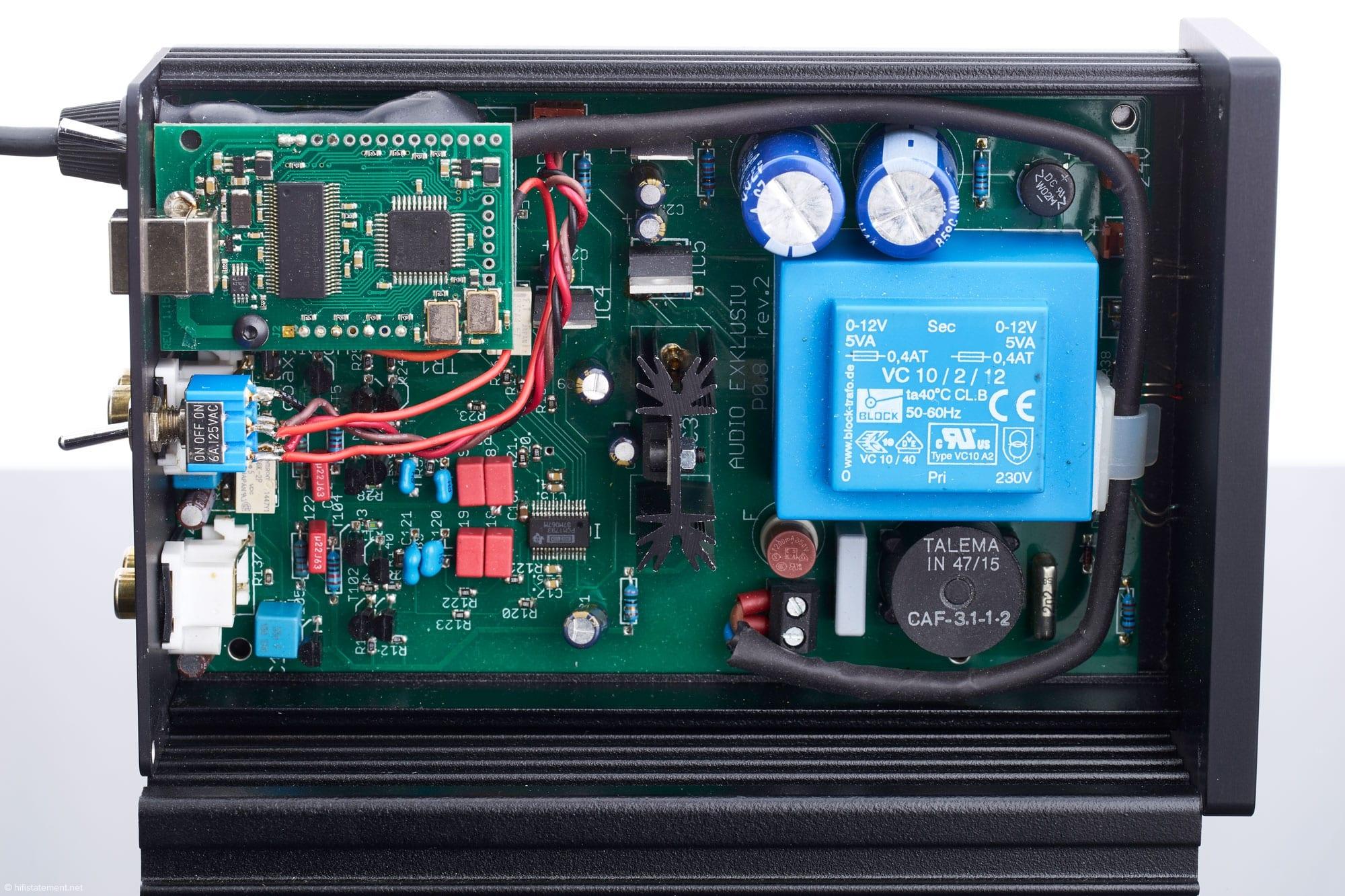 L'alimentatore svolge un ruolo importante nel suono e occupa lo spazio di conseguenza. Sotto il trasformatore incapsulato blu c'è un soffocamento di modo comune da Talema. Due bobine sono qui avvolte su un nucleo e sopprimono le interferenze elettromagnetiche e ad alta frequenza (EMI e RFI)